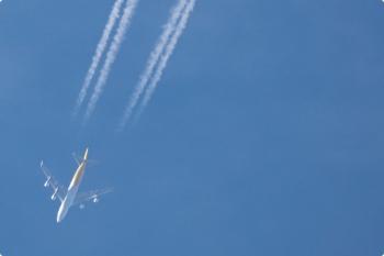 2021年1月3日 15時前。影森。上空を下半身が黄色い飛行機が北西へ通過。