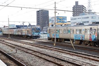 2021年1月3日。熊谷。電留線で寝ていた、7503ほか3連の「秩父三社トレイン」(左)と、7503ほか3連の「ラグビーW杯トレイン」。
