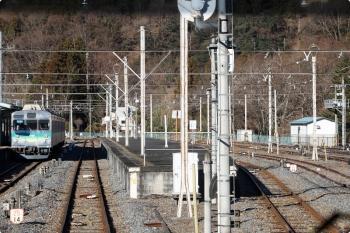 2021年1月3日 8時51分頃。三峰口。下り列車で到着した7002ほか3連(左)を、羽生ゆきの7903車内から撮影。