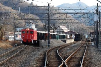 2021年1月3日 13時42分頃。長瀞。通過するデキ301牽引の下り貨物列車(中央)と、待避するデキ506牽引の上り貨物列車。