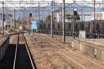 2021年1月3日 11時6分頃。武川。発車したデキ302牽引の下り貨物列車。