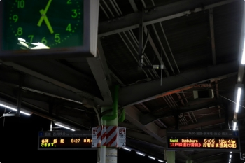 2021年1月4日 5時4分頃。元加治。都営地下鉄大江戸線のダイヤ乱れ情報が流れるホームの発車案内。