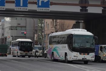 2021年1月5日 12時42分頃。高田馬場駅近くの新目白通り。手前は頸城自動車の高速バス、屋根に雪が載ってます。後ろは日本中央バス。