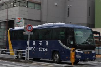 2021年1月5日 12時44分頃。高田馬場駅近くの新目白通り。越後交通の回送。屋根に雪が載ってます。