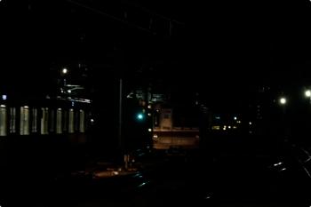 2021年1月10日。石神井公園。2番ホームから5番線へ入る、5601レで到着した2071Fの前照灯に照らされる、6番線で夜間滞泊のメトロ7016F。