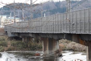 2021年1月11日。仏子〜元加治。塗装作業のため足場が付いた入間川橋梁の下流側。