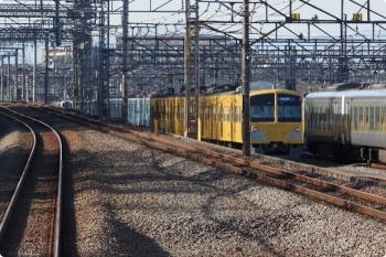 2021年1月14日 14時過ぎ。小手指〜狭山ヶ丘。下り列車の車内から見た小手指車両基地。1番線に「西武球場前」ゆき表示の263F。