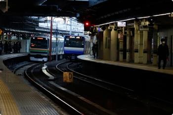 2021年1月14日 7時26分頃。品川。横須賀線のE235系1000番と、東海道線のE231系のすれ違い。