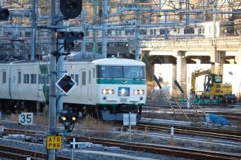 2021年1月14日 7時38分頃。品川。到着する185系の「湘南ライナー 2号」3722M。背後に見えるのは京成の3800形でしょうか。