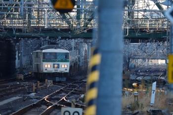 2021年1月14日 7時46分頃。品川。横須賀線から東海道線ホームへ入る185系の「湘南ライナー 4号」3724M。幕は回転中。