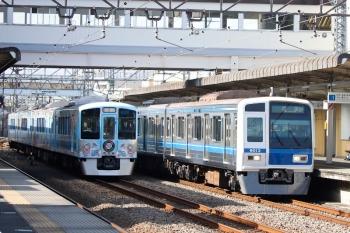 2021年1月16日 12時5分頃。仏子。中線に停車する4009F(52席)の横を通過する、6113Fの32M運用・上り回送列車。