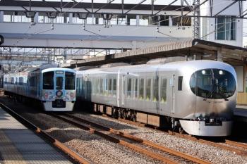2021年1月16日 12時5分頃。仏子。中線に停車する4009F(52席)の横を通過する、001-E編成の24レ。