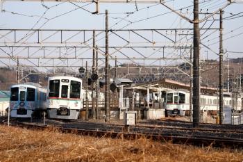 2021年1月16日 15時23分頃。高麗。ホームのない側線に停車中の4009Fの上り回送列車(左端)。1番ホームへ4007Fの5037レ(右)が到着後、4003Fの5040レ(中央)が到着。