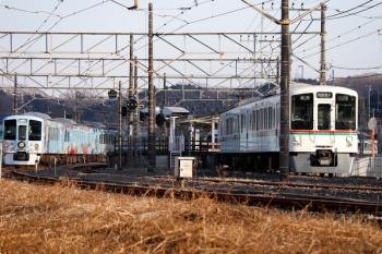 2021年1月16日 15時23分頃。高麗。1番ホームから4007Fの5037レ(右手前)が発車し、4003Fの5040レ(右奥)も発車。ホームのない側線に取り残される4009Fの上り回送列車(左端)。