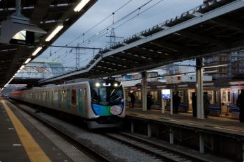 2021年1月18日 6時53分頃。小手指。2番ホームを通過する40152F(カナヘイ)の上り回送列車。右の1番ホームに停車中は6107Fの準急・新木場ゆき4552レ。