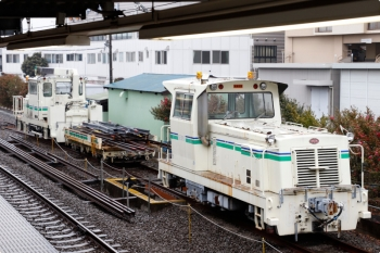 2021年1月23日。東長崎。4番ホーム横の保守用車スペース。分岐器部材を積んだトロッコに奥のモーターカーが連結されてます。