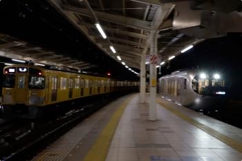 2021年1月23日。入間市。発車した2089Fの1002レ(左)と、到着する001-D編成の27レ。