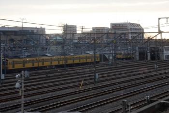 2021年1月28日 7時半頃。小手指車両基地。車輪転削場の手前に止まる263F(左)と、建屋の裏に止まる1245F(右奥)。