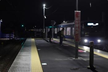 2021年1月29日。元加治。照明の旧電柱は途中で切断され、新電柱の照明が飯能方のホームを明るく照らしていました。電車は3102レの20101F。