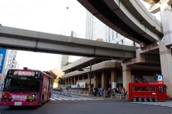 2021年1月30日 16時過ぎ。サンシャイン60ビルの前の道路で、それぞれの道へ進む、「高収入」女性求人広告バス(左)と、IKEBUS(右)。