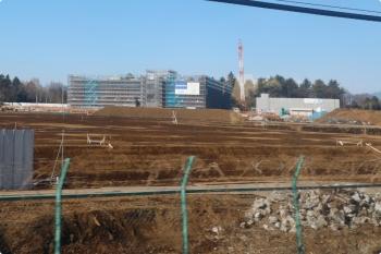 2021年1月31日。武蔵藤沢〜稲荷山公園駅間。建設中の自衛隊病院。