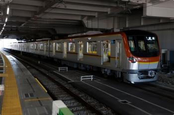 2021年1月31日 10時21分頃。所沢。6番線で発車待ちのメトロ17002Fの試運転列車。側扉を開けてます。