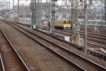 2021年2月1日 7時42分頃。小手指〜狭山ヶ丘駅間。下り列車から見た小手指車両基地。メトロ17002Fと2063Fがいました。