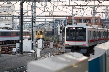 2021年2月6日。所沢。右から、発車した東急4111Fの池袋線1718レ、到着する新宿線のN2000系・2808レ、発車した10000系・123レ。