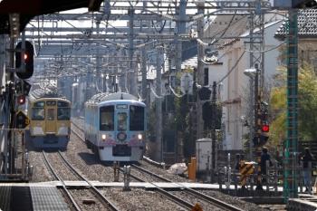 2021年2月11日。武蔵藤沢。狭山ヶ丘駅側で2461F+2087Fの4122レと4009F「旅するレストラン」下り列車がすれ違い。