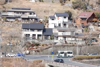 2021年2月13日 13時22分頃。芦ケ久保。ホームから見えた、秩父へ向かう西武バスの小型車両。