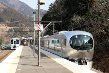 2021年2月13日。芦ケ久保。4009F(52席)の横を通過する001-B編成の15レ(右)。