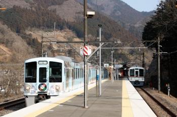 2021年2月13日。芦ケ久保。4005Fの5036レが到着後に発車した、4009F(52席)下り列車(左)。