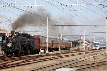 2021年2月13日 12時27分頃。影森。通過するSL列車。右奥は留置中の6002ほか3連。