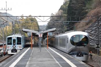 2021年2月13日 14時39分頃。正丸。1番ホームに停車中の4009F 上り回送列車(左)と001-B編成の30レ。