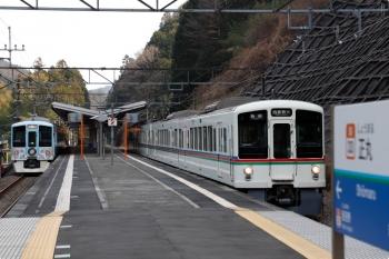 2021年2月13日。正丸。1番ホームで発車を待つ4009Fの上り回送列車(左)と4019Fの5033レ。