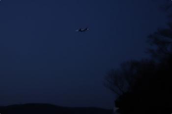 2021年2月14日 6時過ぎ。元加治駅近く。北からやって来た、横田基地へ着陸するジェット機。