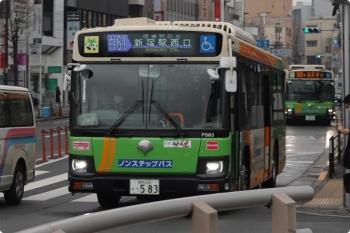 2021年2月15日 8時20分ころ。目白駅前。手前が新宿駅西口ゆき、奥が池袋駅東口ゆきの、都バス2台。