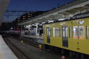 2021年2月16日 5時53分頃。保谷。右が2番ホームへ到着した2087Fの上り回送列車。左奥は到着する6111Fの4101レ。