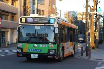 2021年2月16日 6時半頃。雑司ヶ谷近くの目白通り。山吹町ゆきの都バス。