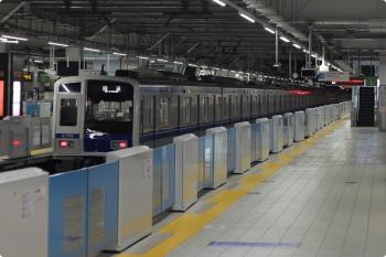 2021年2月16日 5時31分頃。所沢。3番ホームを通過する6156Fの上り回送列車。