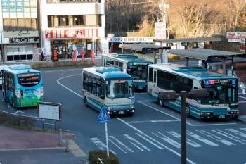 2021年2月19日 16時45分頃。入間市駅前。入間市のコミュニティバス2台が並びましたが、1台は「てぃーろーど」塗装でない車両でした。