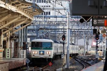 2021年2月19日 9時21分頃。東京。9番ホームへ到着する185系の湘南ライナー10号。