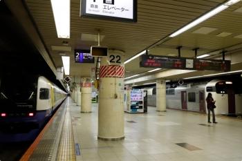 2021年2月19日 9時44分頃。東京。右が、1番ホームへ到着する215系の回送列車。