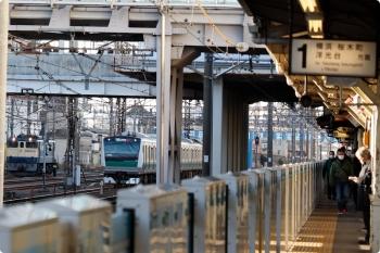 2021年2月19日 7時40分頃。鶴見。相鉄から直通の埼京線E235系と、折り返し待ちのEF65-2097。