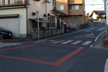 2021年2月19日。元加治駅近く。奥の路面に「事故多し」とペイント書きがあります。
