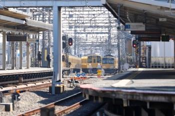 2021年2月20日。西所沢。右から、6138レで2番ホームに到着後に引き上げ線へ入った263F、2番ホームへ進む2087Fの5351レ。さらに左にはおそらくN2000系の上り列車も見えてます。