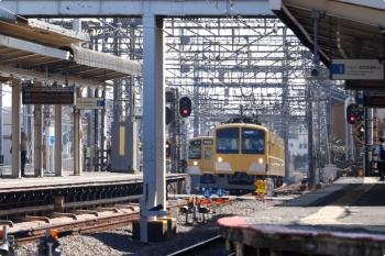 2021年2月20日。西所沢。2087Fの5351レが発車後、263Fが引き上げ線から2番ホームへ進みます(6133レになります)。