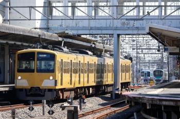 2021年2月20日。西所沢。2番ホームで発車を待つ263Fの6133レの背後で、4009F(52席)の下り列車と、6140レで1番ホーム到着後に引き上げ線へ入る32104F+38113F(コウペン)がすれ違い。