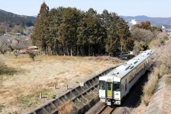 2021年2月21日 11時20分頃。毛呂〜高麗川駅間。JR八高線のキハ100系2連・高麗川ゆき。