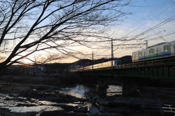 2021年2月23日。仏子〜元加治駅間。6000系の6551レ(左奥)と30104Fの上り回送列車。